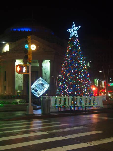 Sapin de Noël de la Promenade Fulton de Brooklyn Sapin de Noël de la Promenade Fulton de Brooklyn à New York sapin noel stock pictures, royalty-free photos & images