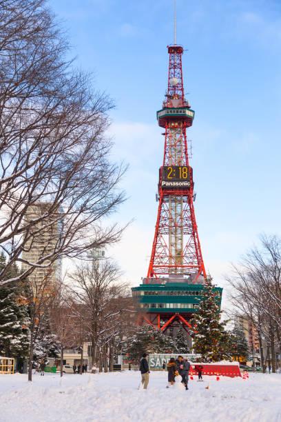 札幌電視塔是世界各地遊客的著名地標, 在寒冷的冬日, 高高聳立在藍天上。圖像檔