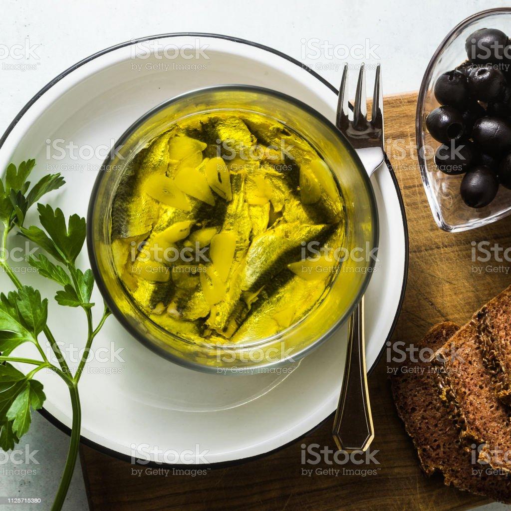 Sardinen Mariniert In Olivenöl Mit Roggen Brot Salz Und ...