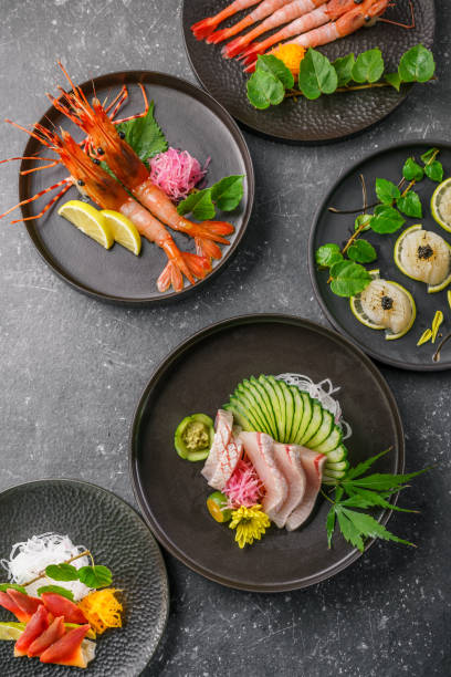 sashimi op de blackbackground - washoku stockfoto's en -beelden