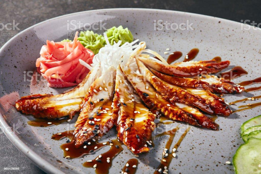 Sashimi avec anguille, légumes et sauce - Photo de Aliment libre de droits