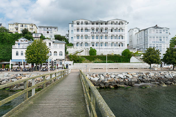 sassnitz strandpromenade - wellness ostsee stock-fotos und bilder