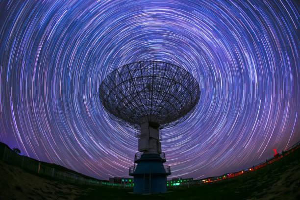 衛星アンテナ電波望遠鏡恒星トラックの背景に - 観測所 ストックフォトと画像