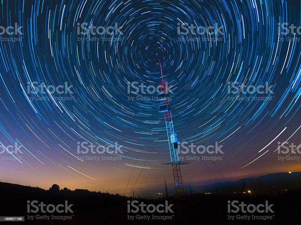 Comunicazioni via Satellite, sotto un cielo stellato - Foto stock royalty-free di 2015