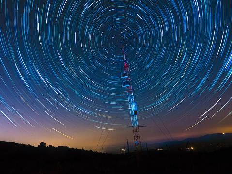 Comunicazioni Via Satellite Sotto Un Cielo Stellato - Fotografie stock e altre immagini di 2015