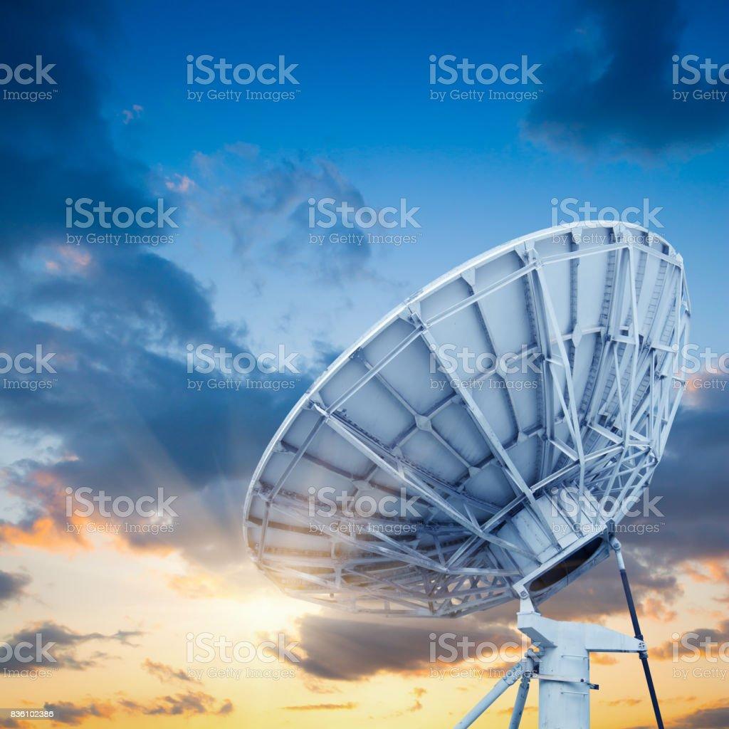 antenne parabolique antennas sous ciel – photos et plus d'images de