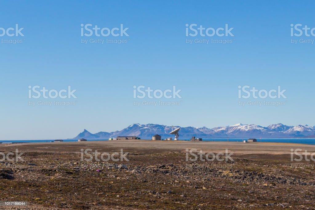Satellitenschüssel in Ny Alesund, Svalbard, Spitzbergen, blauer Himmel, Berge – Foto