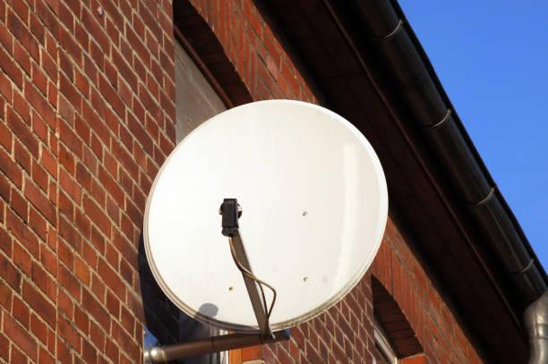 satellitenschüssel an der hauswand - kostenlos tv stock-fotos und bilder