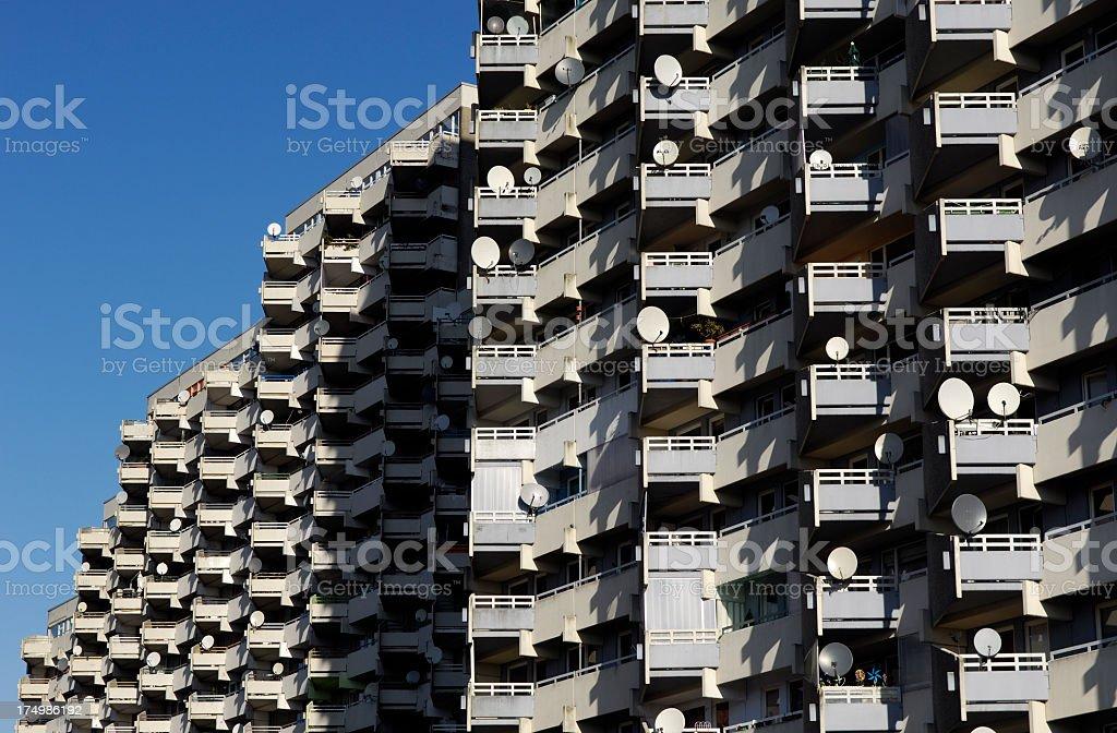 Satellitenschüsseln und Balkon – Foto