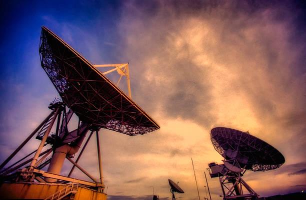 Satellitenschüsseln während dem Sonnenuntergang – Foto