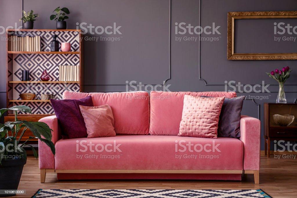 Groovy Satin Kissen Auf Einem Rosa Samt Sofa In Ein Luxurioses Machost Co Dining Chair Design Ideas Machostcouk