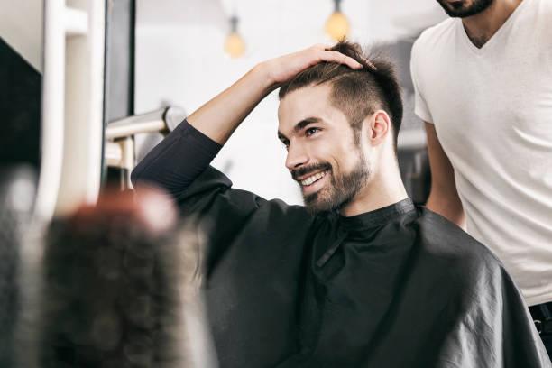 client satisfait chez coiffeur - couper les cheveux photos et images de collection