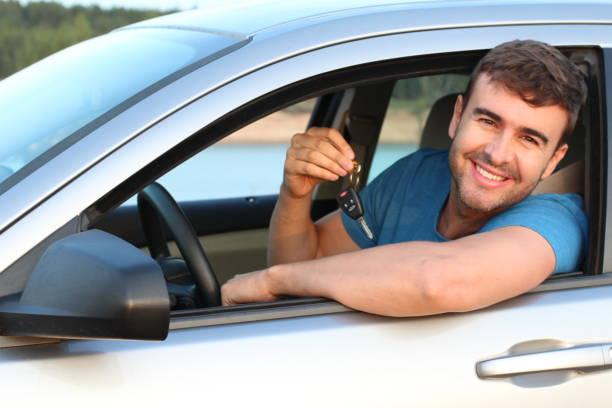 Cliente satisfeito com as chaves novas do carro - foto de acervo