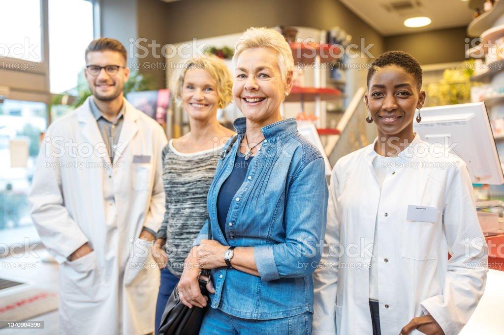 Zufriedene Kunden mit medizinischen Verkaufspersonal – Foto