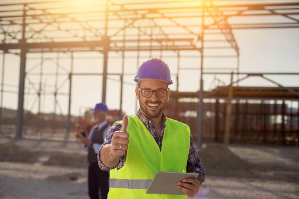 Zufrieden Engineer bei der Baustelle – Foto