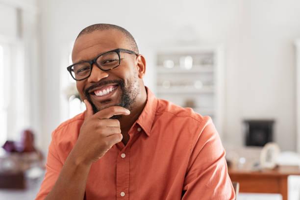 満足成熟した男の笑顔 - 男性 笑顔 ストックフォトと画像