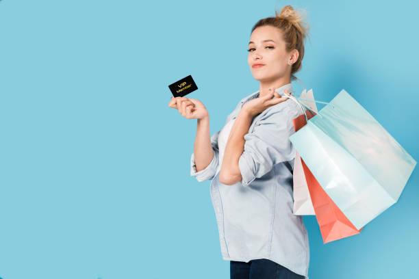 女性の買い物袋と VIP カードを手に満足 ストックフォト