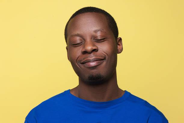 Zufrieden junger schwarzer Mann. Gute Laune-Hintergrund – Foto