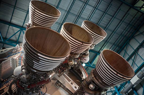 saturn v-rakete motoren - kennedy space center stock-fotos und bilder