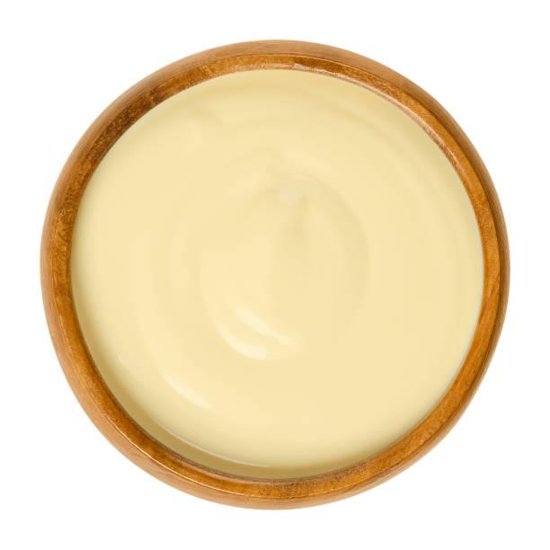 sauce hollandaise in holzschale über weiß - sauce hollandaise stock-fotos und bilder