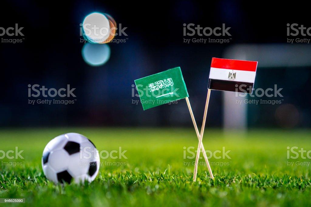 Arabia Saudita - Egipto, grupo A, el lunes, 25. Junio, fútbol, mundial, Rusia 2018, banderas nacionales sobre la verde hierba, blanco pelota de futbol en la tierra. - foto de stock