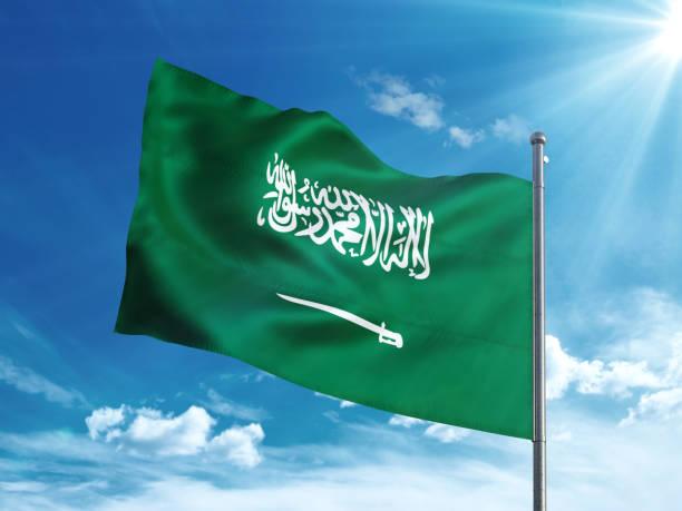 사우디 아라비아 국기는 푸른 하늘에 - saudi national day 뉴스 사진 이미지