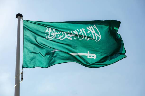 saudi arabian flag waving against clear blue sky - saudi national day zdjęcia i obrazy z banku zdjęć