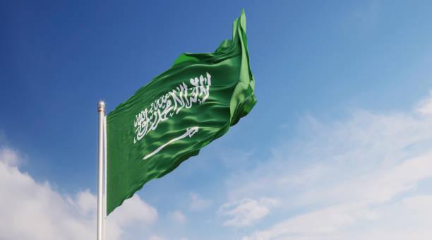 drapeau saoudien agitant avec le vent sur le ciel bleu - sky photos et images de collection