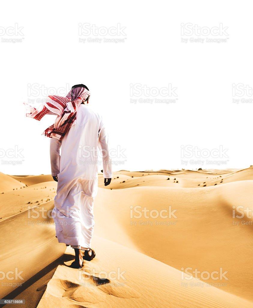 Saudi Arabian Sheik walking on the desert – zdjęcie