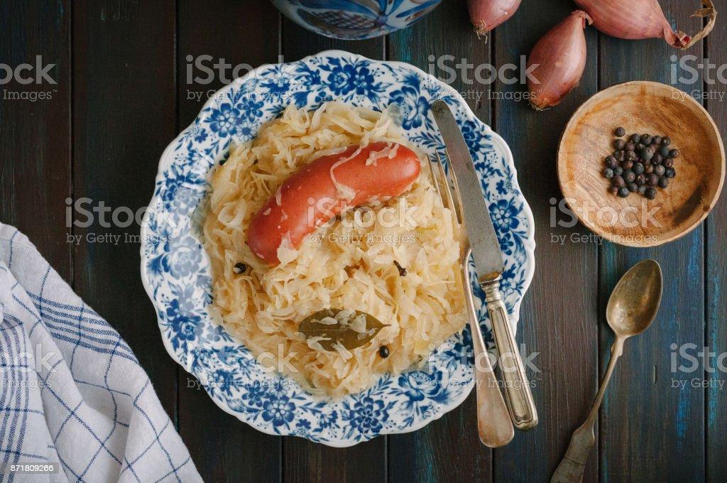Sauerkraut und Würstchen auf Platte – Foto