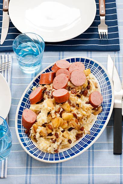 sauerkraut with apple raisins and sausage - stamppot stockfoto's en -beelden