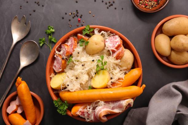 choucroute avec pommes de terre et saucisse - choucroute photos et images de collection