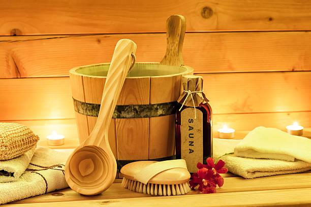 sauna und accessoires mit sauna öl, hölzerner eimer, kelle-küchenutensil - saunazubehör stock-fotos und bilder