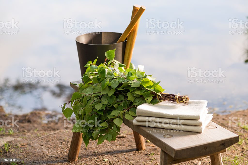 Sauna Objekte auf Holzbank vor den See im Sommer – Foto