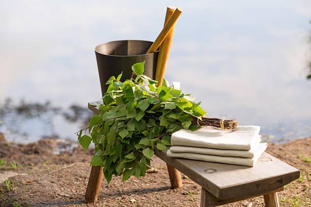 sauna objekte auf holzbank vor den see im sommer - sauna textilien stock-fotos und bilder