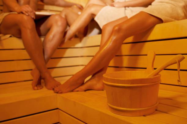 Sauna Entspannung Spa Behandlung Gruppe von Freunden attraktive junge Frauen und gut aussehender Mann in der Sauna sitzen – Foto