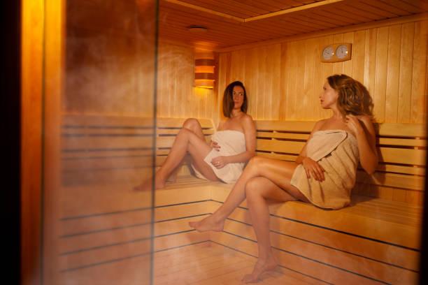 Sauna Entspannung Spa Behandlung Gruppe von Freunden drei attraktive junge Frauen in der Sauna sitzen – Foto
