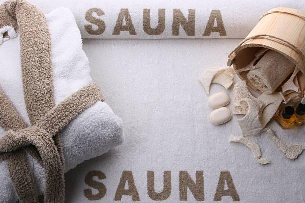 sauna und spa mit whirlpool - sauna textilien stock-fotos und bilder