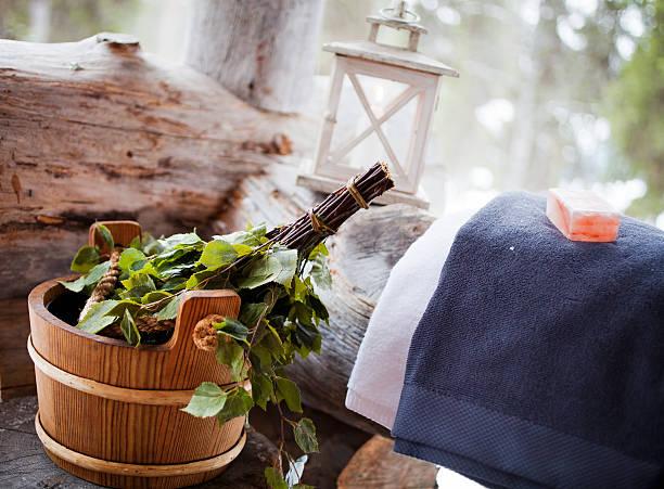 sauna-zeit - sauna textilien stock-fotos und bilder