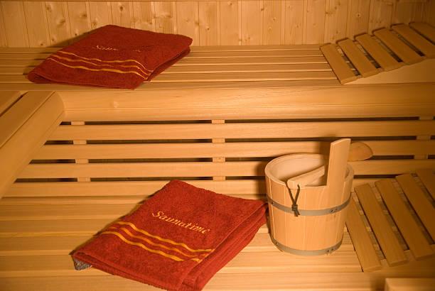 saunatime handtücher in wodden sauna - sauna textilien stock-fotos und bilder