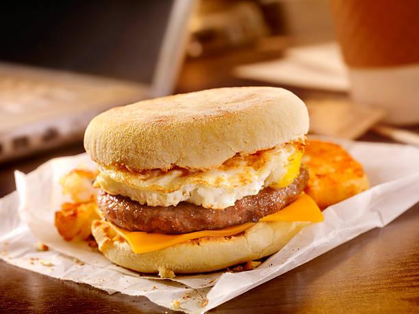 salchichas y sándwich de huevo en su escritorio - desayuno fotografías e imágenes de stock