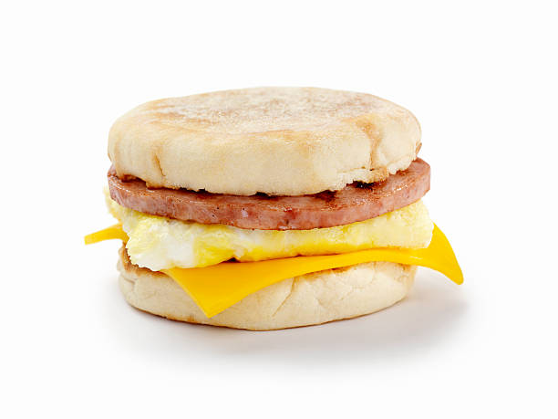 wurst und eier breakfast sandwich - käsemuffins stock-fotos und bilder