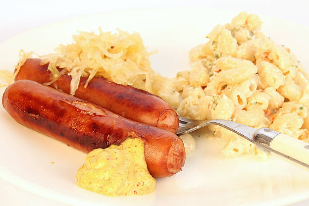 wurst mit sauerkraut - nudelsalat zum grillen stock-fotos und bilder