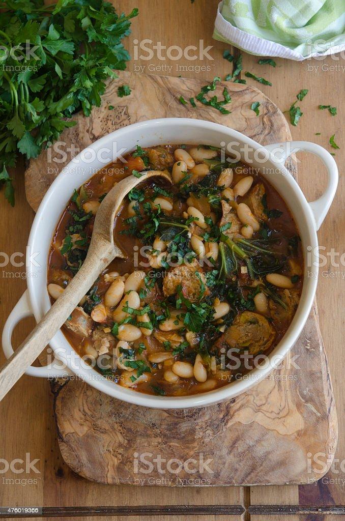 Linguiça, feijão cozido e couve-de-folhas - foto de acervo