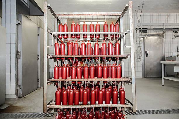 würstchen im schlachthof - kühlraum stock-fotos und bilder