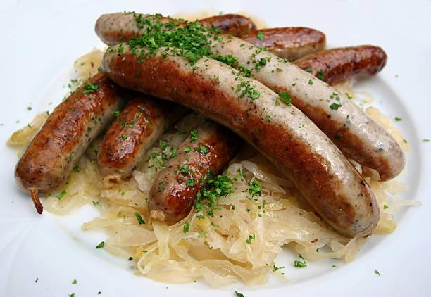 würstchen - bratwurst mit sauerkraut stock-fotos und bilder