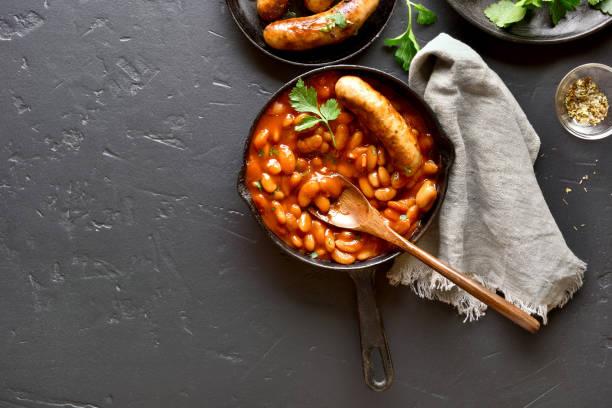 domates sosu pişmiş beyaz fasulye ile sosis - fasulye stok fotoğraflar ve resimler