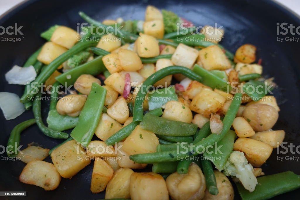Sautéed vegetables  Chestnuts  Green beans  Snow peas - Foto stock royalty-free di Castagna
