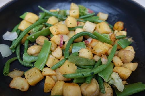 Sautéed Vegetables Chestnuts Green Beans Snow Peas - Fotografie stock e altre immagini di Castagna