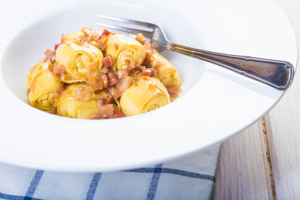 Sauteed artichoke hearts with ham - foto stock